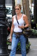 http://img34.imagevenue.com/loc196/th_738355628_284605791_jenniferaniston_nyc_280911_007_122_1044l1_122_196lo.jpg