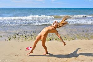 http://img34.imagevenue.com/loc346/th_557742175_Mary_and_Aubrey_Hawaii_II_Beach_Bunnies_73_123_346lo.jpg