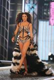 th_36931_Victoria85s_Secret_Fashion_Show_2007_HQ_01_02_122_740lo.jpg